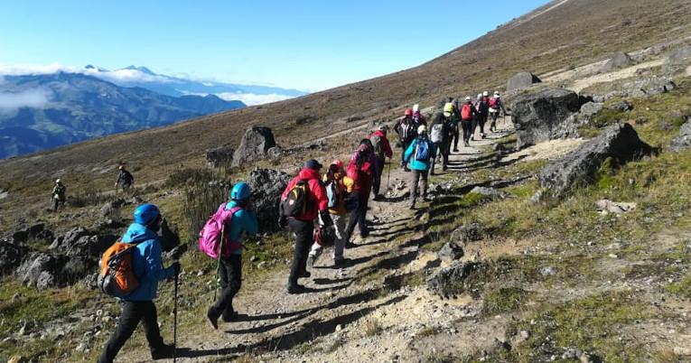 Parte del grupo de Yanasacha Warmis durante una caminata en el Guagua Pichincha, en 2019.