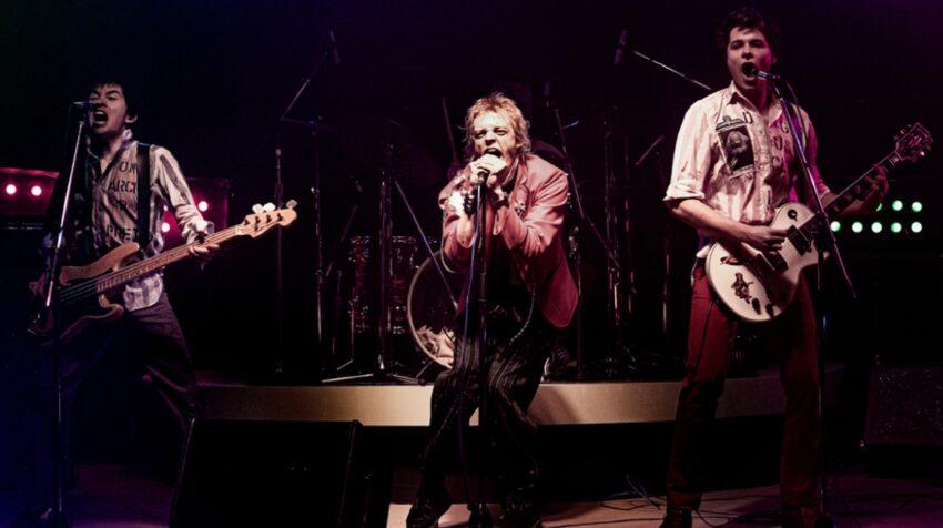 Christian Lees como Glen Matlock,el bajista original del grupo;  Anson Boon como John Lydon y Toby Wallace como el guitarrista Steve Jones en otra imagen de la serie 'Pistol', de Danny Boyle.