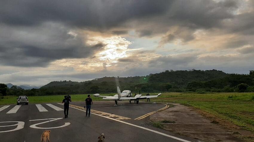 Agentes de la Policía hallaron una avioneta con droga en una pista localizada en Manglaralto, el 2 de marzo de 2021.