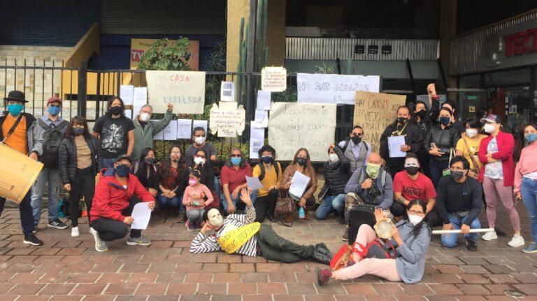 Grupo de artistas y gestores independientes que protestaron la mañana el 1 de marzo en los exteriores de la Casa de la Cultura, núcleo de Pichincha.