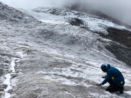 Equipo de campo trabajando en las crioconitas del Volcán Antisana.