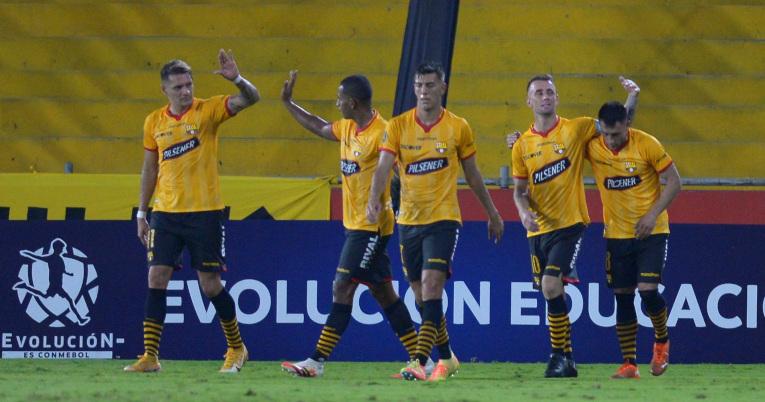 Los jugadores de Barcelona celebran uno de sus goles ante The Strongest, en Guayaquil, el 28 de abril de 2021.