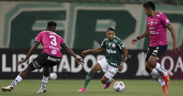 Rony maneja la pelota en medio de dos jugadores de Independiente del Valle, el 27 de abril de 2021.