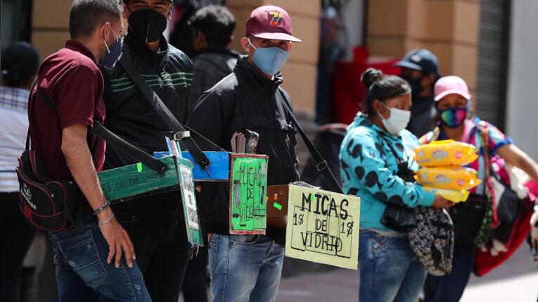 Vendedores informales en una de las calles del centro de Quito, el 23 de abril de 2021.