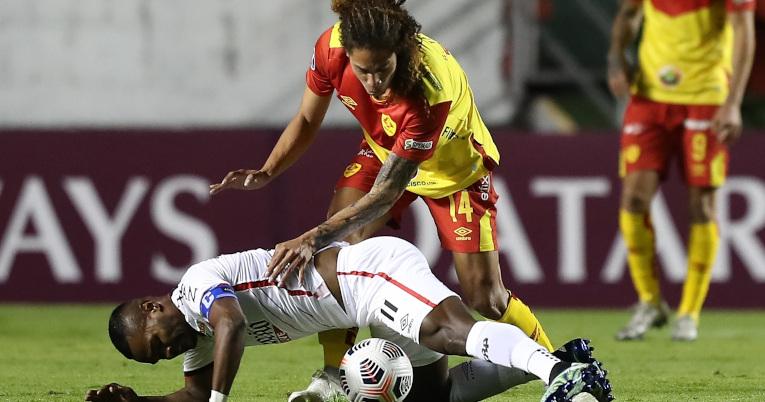 Stiven Tapiero, de Aucas, intenta robar una pelota ante un jugador brasileño, por la Fecha 1 de la Copa Sudamericana.