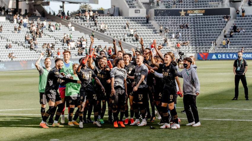 Los futbolistas del LAFC festejan el triunfo en el estadio Banc of California, el sábado 17 de abril de 2021.