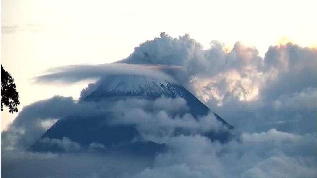 Ceniza del volcán Sangay cae sobre el cantón Guamote