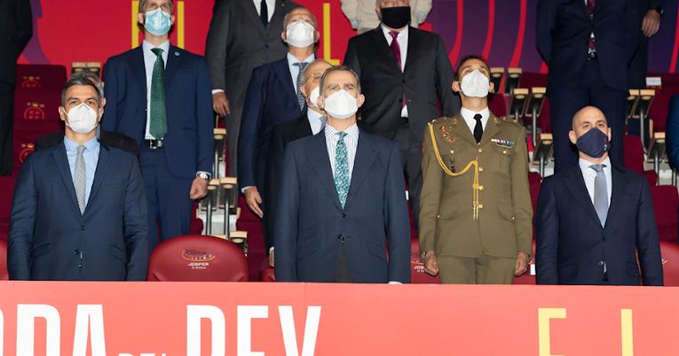 Autoridades de España, entre esas el Rey Felipe VI, en uno de los palcos del estadio La Cartuja, el 17 de abril de 2021.