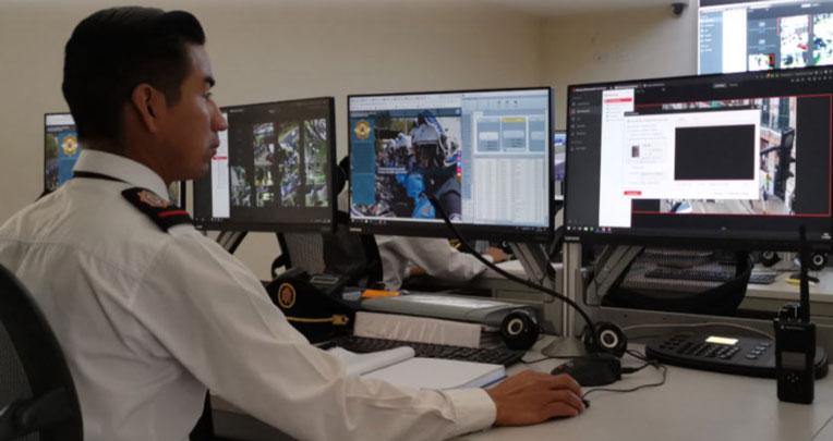 Centro de monitoreo de las cámaras de vigilancia manejado por agentes metropolitanos. Quito, 16 de abril de 2021.