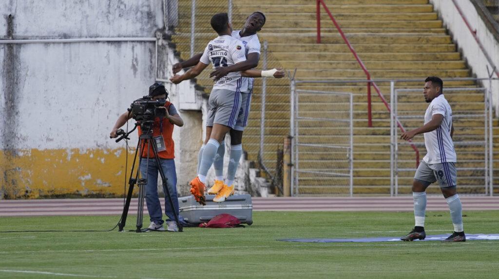 Emelec golea a Universidad Católica con un 'hat trick' de Alejandro Cabeza