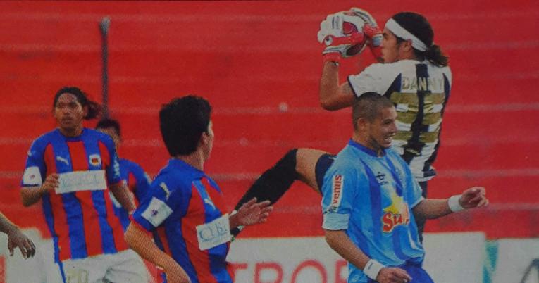 El exarquero tapando para Deportivo Quito en un encuentro por el torneo local frente a Macará, en 2007.