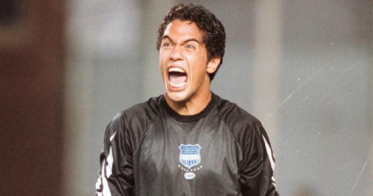 Daniel Viteri celebrando un gol con la camiseta de Emelec, club en donde atajó de 1999 a 2004.