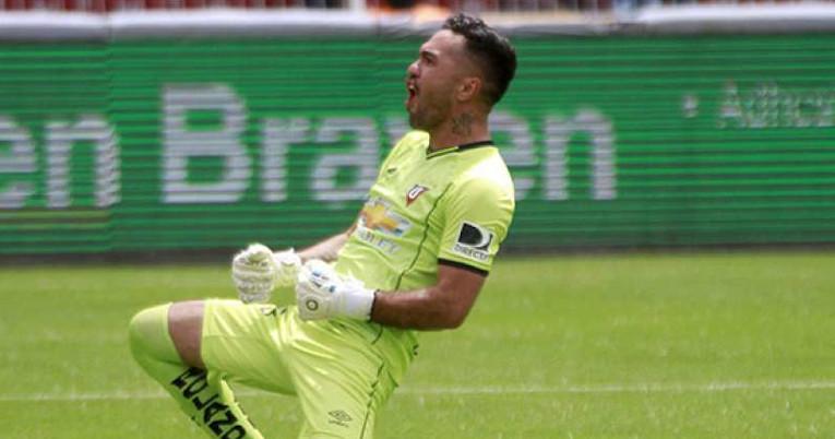 El exguardameta festejando con la camiseta de Liga de Quito, club en el que militó en dos ocasiones.