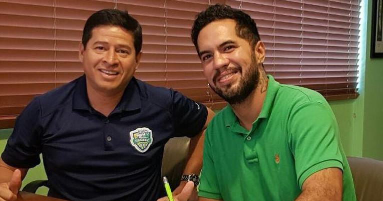 El arquero guayaquileño firmando su contrato con Orense para la temporada 2018 de la Segunda categoría.