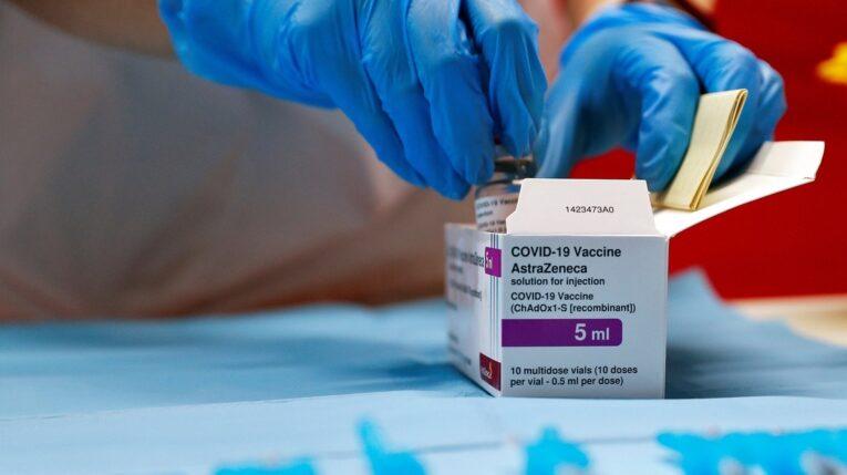 Personal médico abre una caja con los viales de la vacuna de la farmacéutica AstraZeneca.