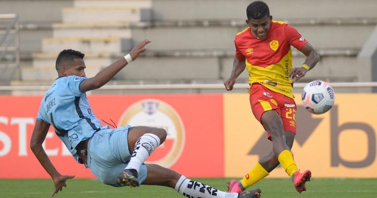 El jugador de Aucas, Luis Cano, remata al arco de Guayaquil City, por Copa Sudamericana, el jueves 8 de abril de 2021.