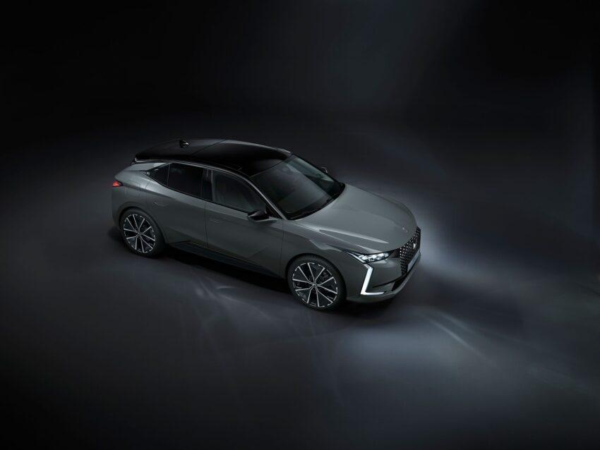 El DS 4 LA PREMIÈRE está disponible en Europa con una tonalidad inédita Lacquered grey, que contrasta con el techo negro.