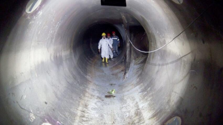 Personal  de la empresa TÜV SÜD durante la reparación de las fisuras en los distribuidores de presión de la central hidroeléctrica, en mayo de 2019.
