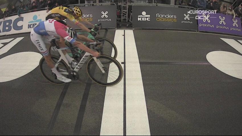 Mathieu Van der Poel le gana a Wout Van Aert por centímetros en el Tour de Flandes 2020.