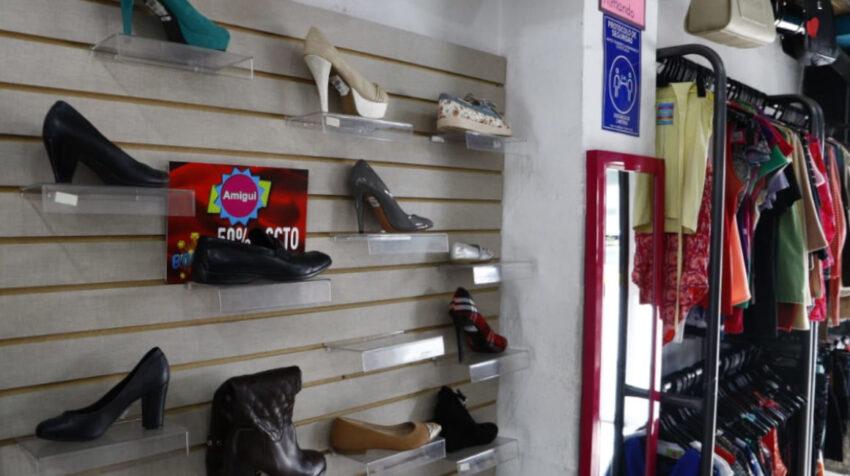 Uno de los locales de Amigui, donde se vende ropa, zapatos y accesorios de segunda mano, el 1 de abril de 2021.