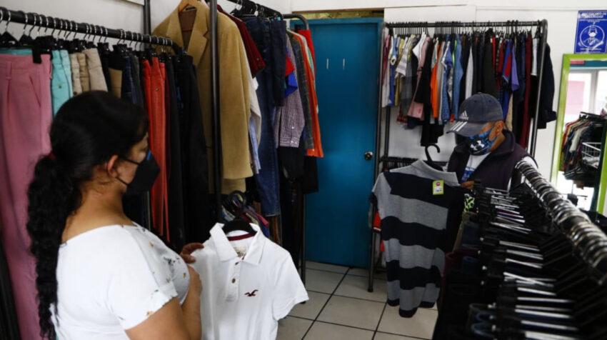 Un hombre ve ropa en una tienda de Amigui, el 1 de abril de 2021.