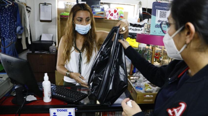 Una mujer recoge sus compras en el Mercadito D'Carol, en Quito, el 1 de abril de 2021.