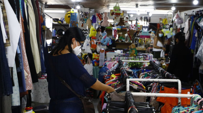 Una mujer en la tienda El Mercadito D'Carol, en Quito, el 1 de abril de 2021.