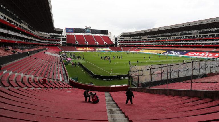 Imagen panorámica del estadio Rodrigo Paz Delgado, previo al partido entre Ecuador y Perú por las Eliminatorias sudamericanas al Mundial de Catar 2022, el 8 de junio de 2021.