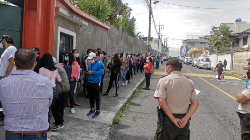 Personas hacen fila en la parroquia de Conocoto para recibir la vacuna contra el Covid-19, el 31 de mayo de 2021.