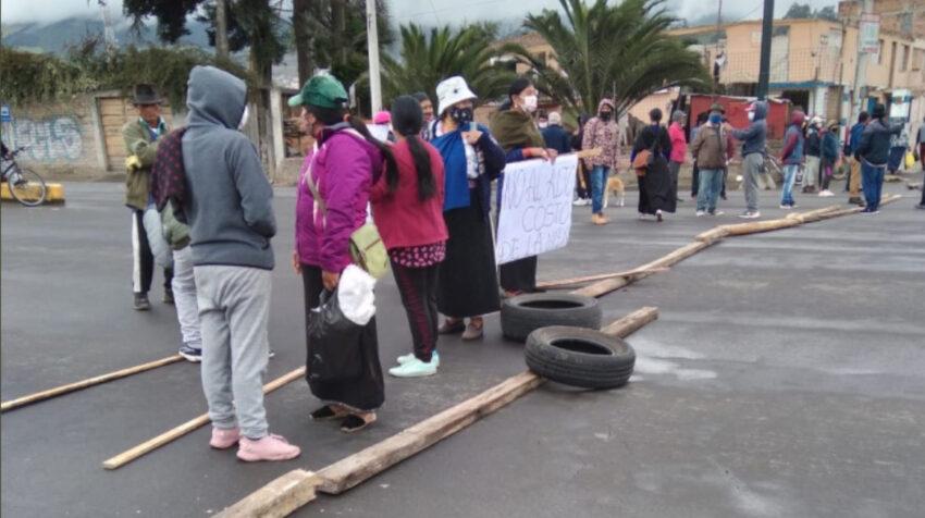 Algunas vía de Imbabura fueron bloqueadas por manifestantes debido al incremento del precio de los combustibles, el 25 de mayo de 2021.