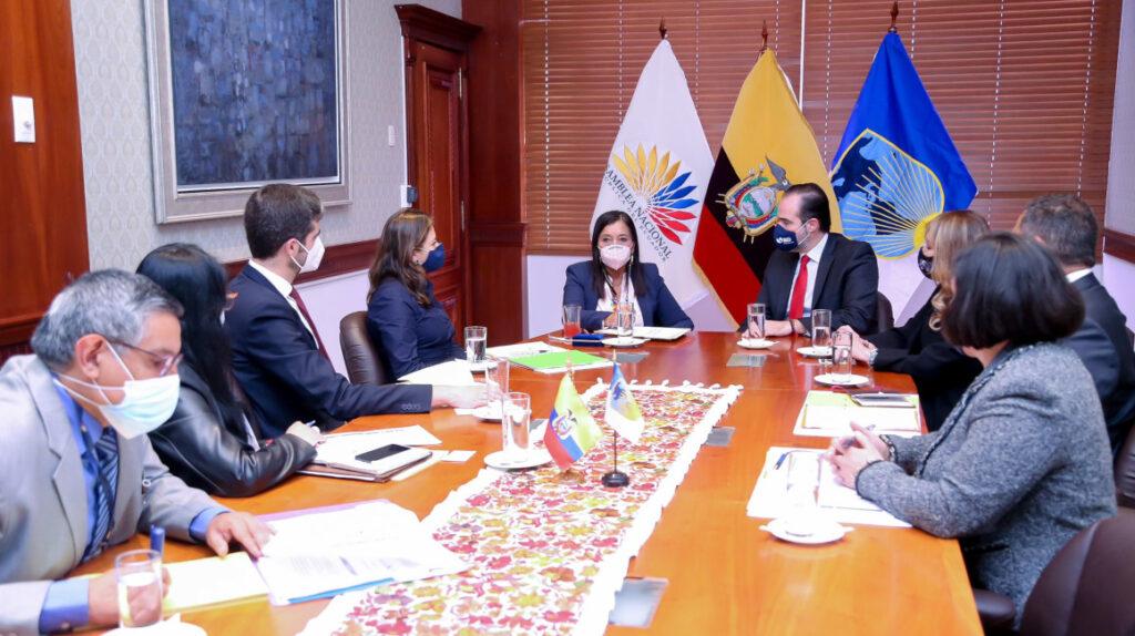 Ecuador busca a los multilaterales por retraso en desembolso del FMI