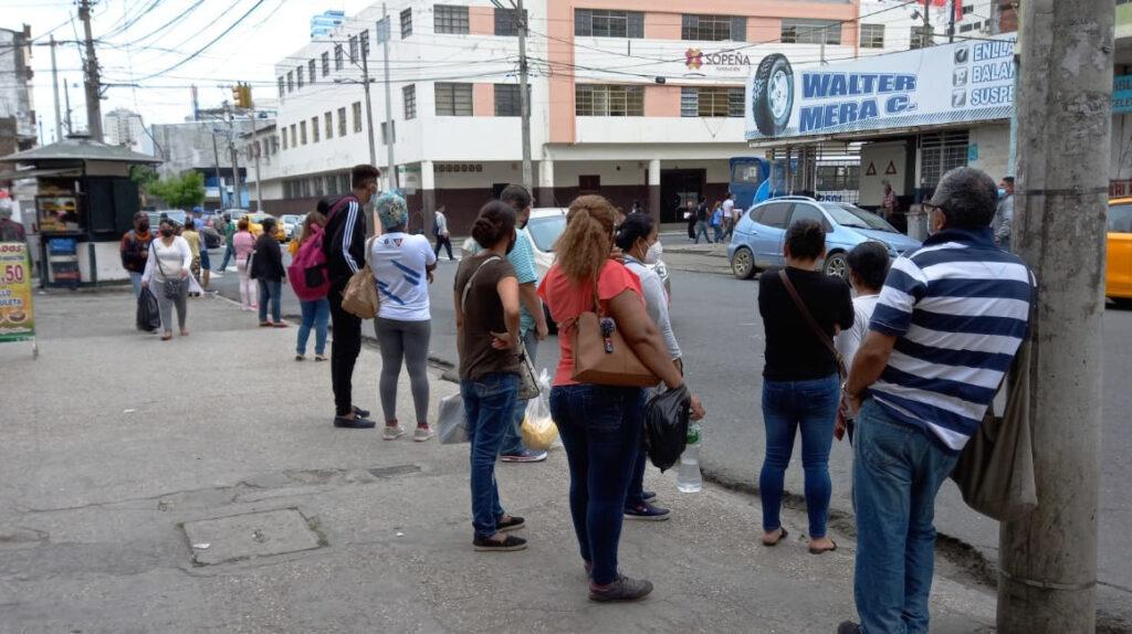 Transportistas de Guayaquil mantienen protesta por precio del diésel