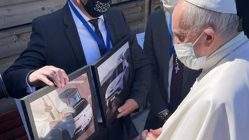 El Papa autorizó la construcción y firmó los bocetos de Fisker.