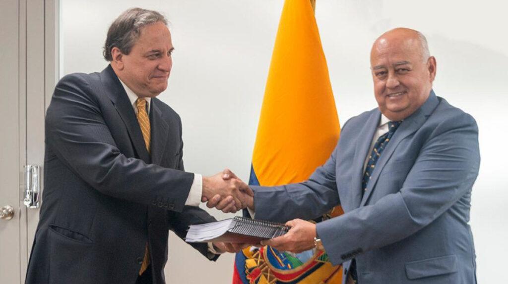 Pozo entrega al nuevo ministro de Finanzas los avances de cinco reformas