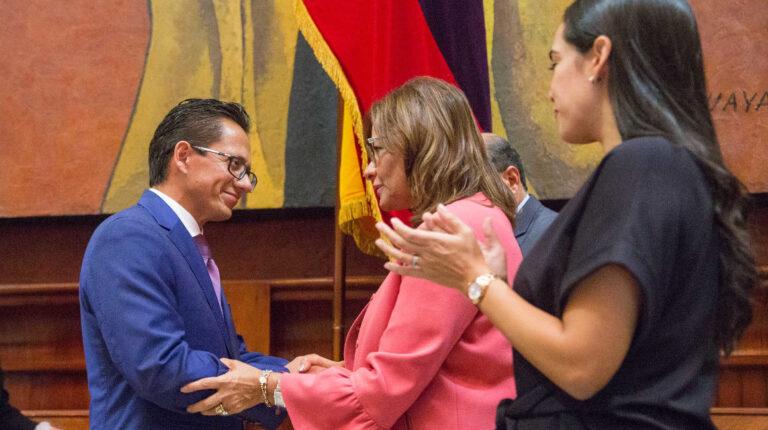 Elizabeth Cabezas, expresidenta de la Asamblea, posesionó a Freddy Carrión, como defensor del Pueblo, el 16 de abril de 2019.