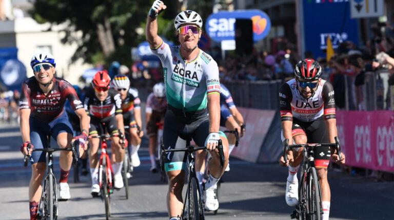 Peter Sagan festeja su triunfo en la Etapa 10 del Giro de Italia, el lunes 17 de mayo de 2021.