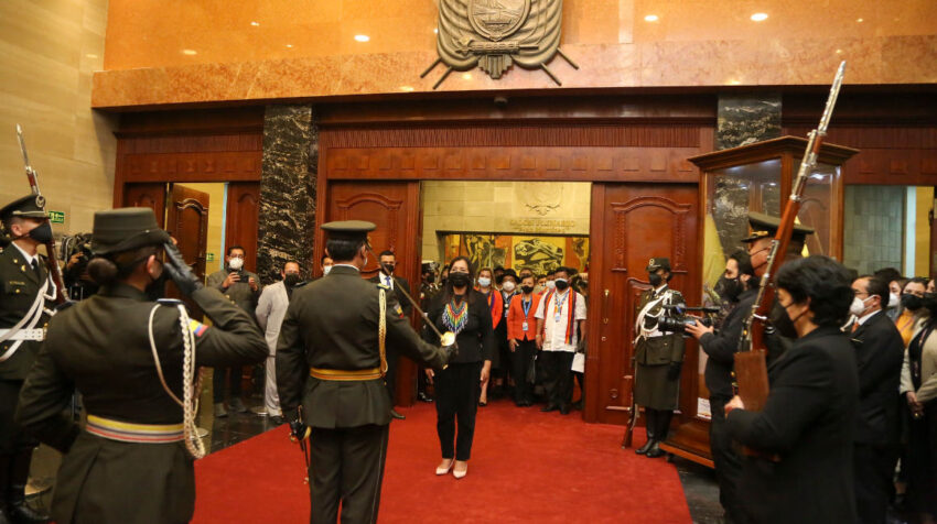 Guadalupe Llori, presidenta de la Asamblea, recibe los honores de la Escolta Legislativa, el 15 de mayo de 2021.