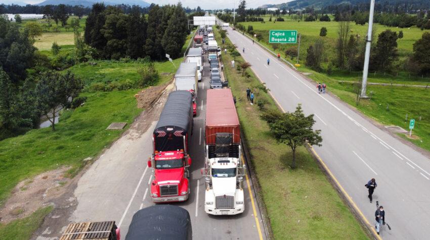 Camiones bloquean una vía en Zipaquirá, en Colombia, durante una protesta, el 3 de mayo de 2021.