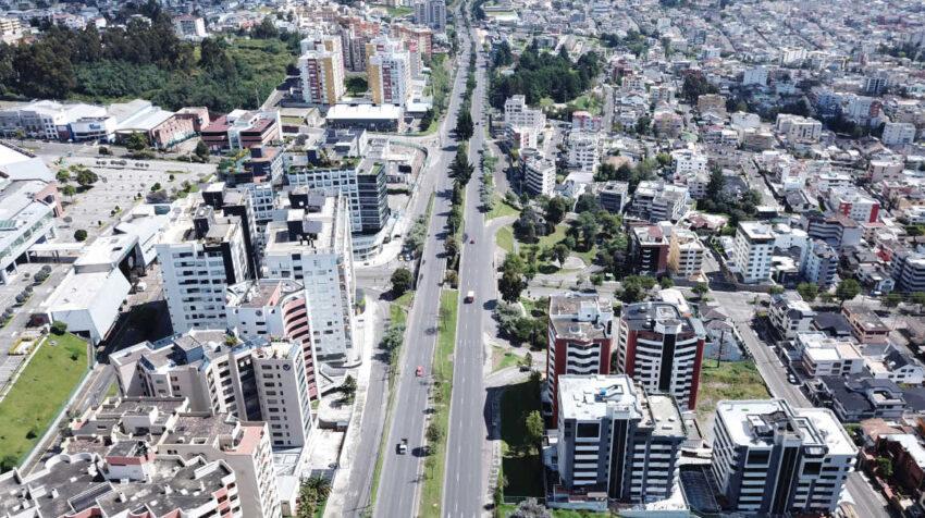 Vista aérea de la avenida Mariscal Sucre, en el occidente de Quito, el 1 de mayo de 2021.