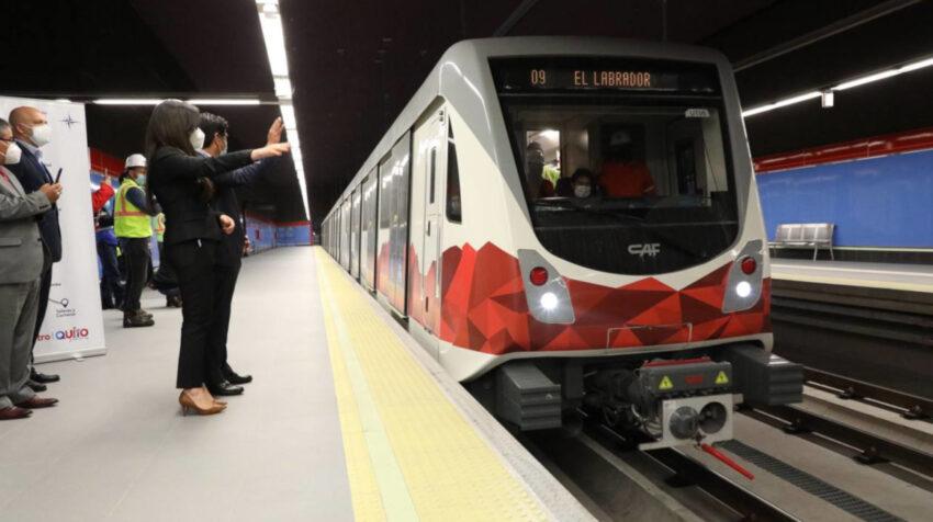 El alcalde de Quito, Jorge Yunda; y la gerenta del Metro, Andrea Flores, el 3 de mayo de 2021 durante un recorrido por las instalaciones del Metro.