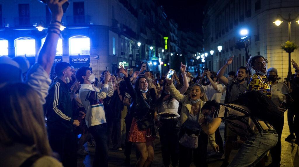 Fiestas y desmanes en España tras el fin del toque de queda