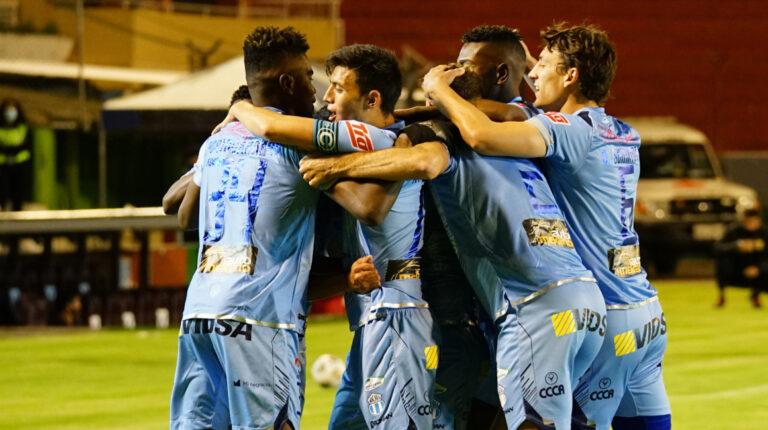Los jugadores de Macará celebran el gol de Blas Díaz con el que derrotaron a Deportivo Cuenca, en el estadio Bellavista de Ambato, el 7 de mayo de 2021.