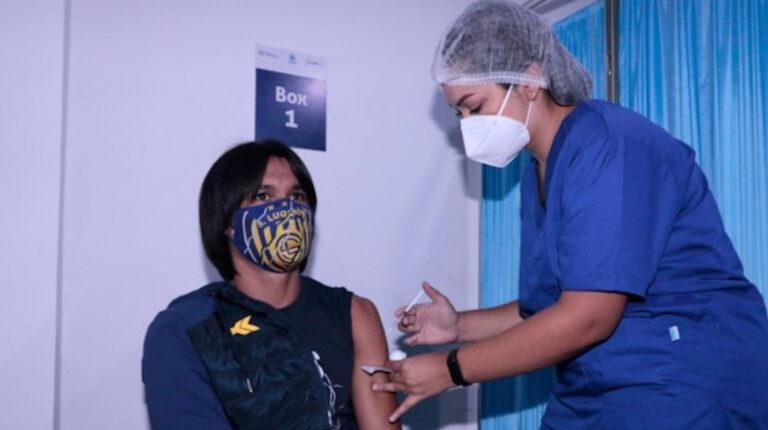 Un jugador del club paraguayo Sportivo Luqueño es vacunado contra el Covid-19, el jueves 6 de mayo de 2021.