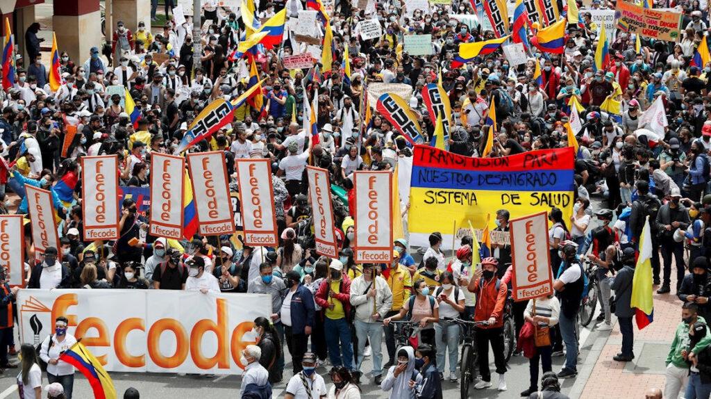 Marchas masivas en Colombia tras violenta noche de protestas