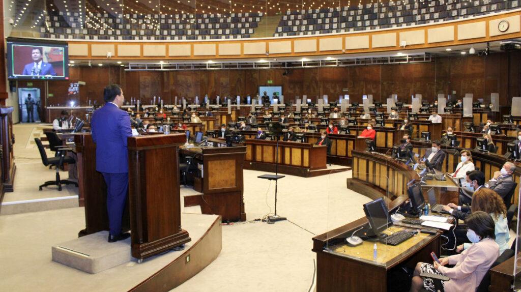 La Asamblea cierra sus cuatro años con menos gasto, pero más personal