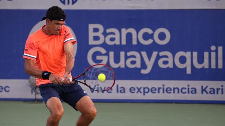 El ecuatoriano Emilio Gómez disputando la final del Challenger de Salinas ante Nicolás Jarry, el 2 de mayo de 2021.