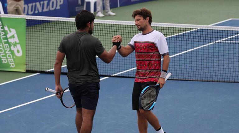 Sergio Galdos y Nicolás Barrientos luego de un partido del Challenger de Salinas, en abril de 2021.