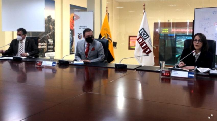 De izquierda a derecha: el ministro de Trabajo, Patricio Donoso; el presidente del COE, Juan Zapata; y la ministra de Salud, Ximena Garzón, durante una rueda de prensa, el 29 de junio de 2021.