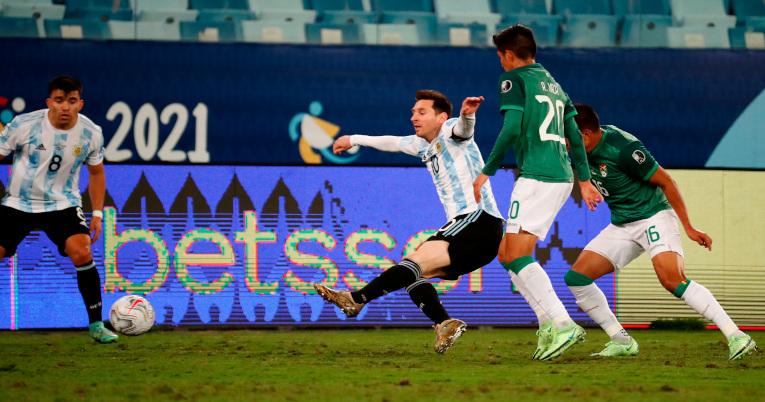 Ramiro Vaca disputa un balón con Lionel Messi en el partido del Grupo A de la Copa América en el Arena Pantanal.