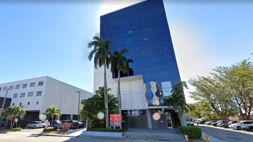 Imagen de la fachadel edificio donde supuestamente funcionaba Legalcont. Suit 705 del 5040 de NW 7th en Miami, Estados Unidos.